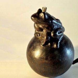 Krötenkönig auf Kugel mit Wasseranschluss